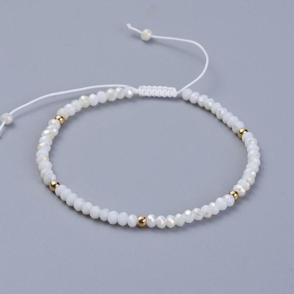 Weißes Glasperlen Armband mit goldfarbenen Metallperlen 4 mm